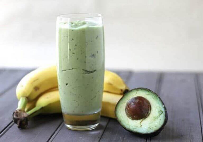 Ρόφημα με πράσινο τσάι, αβοκάντο και smoothie μπανάνας