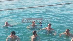 Περισσότερα από 30 άτομα βούτηξαν στα παγωμένα νερά της Πάτρας για να πιάσουν τον σταυρό