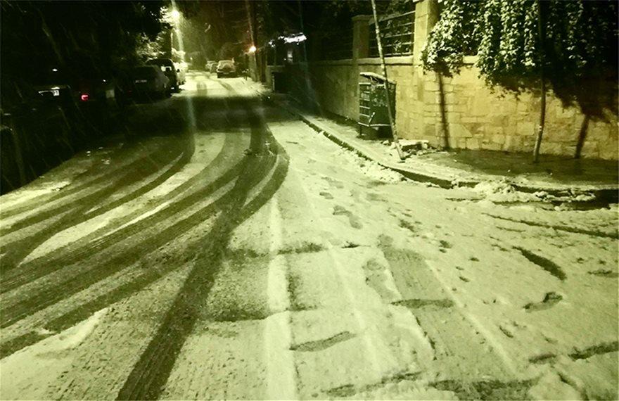Δύσκολη νύχτα με χιόνια στην Αττική
