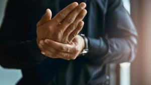Read more about the article Μούδιασμα χεριών: Όλες οι πιθανές αιτίες