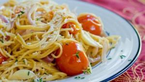 Μακαρονάδα με ντοματίνια και σκόρδο