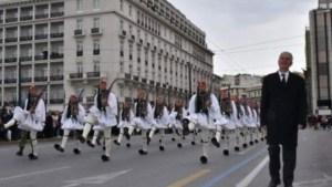 Συγκίνηση στην παρέλαση της Προεδρικής Φρουράς: Δίπλα στους Εύζωνες ο πατέρας του Σπύρου Θωμά