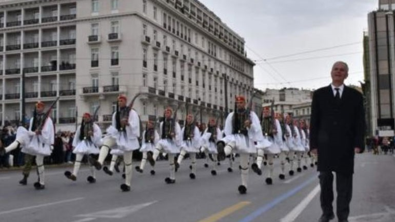 Read more about the article Συγκίνηση στην παρέλαση της Προεδρικής Φρουράς: Δίπλα στους Εύζωνες ο πατέρας του Σπύρου Θωμά