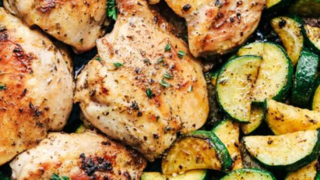 Κοτόπουλο με κολοκυθάκι και σκόρδο