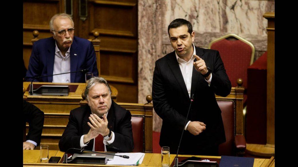 Χάος στη Βουλή: Ποιήματα, «μαχαιρώματα» και μια παραίτηση