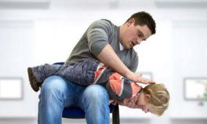 Πνιγμός από αντικείμενο. Πώς να σώσετε το παιδί με απλές κινήσεις(video)