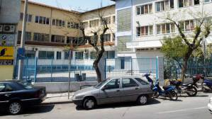 Read more about the article Μια περίεργη υπόθεση: Άνδρας με καμπαρντίνα στήνει καρτέρι έξω από σχολεία εδώ και 20 χρόνια