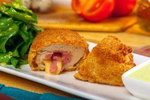 Read more about the article Γεμιστό κοτόπουλο με τυρί κρέμα, σκόρδο και σχοινόπρασο