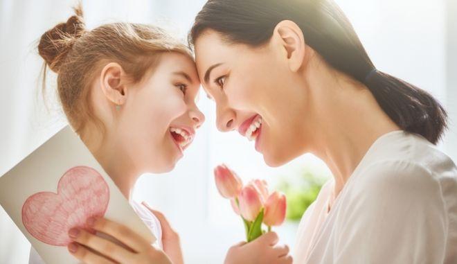 Γιορτή της Μητέρας: Πότε πέφτει φέτος, πώς καθιερώθηκε η μέρα