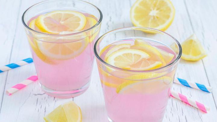 Σπιτική ροζ λεμονάδα για καλοκαιρινά βράδια