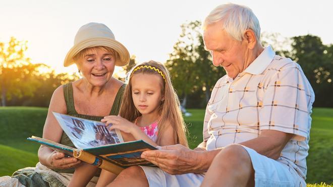 Γιατί να (μην) στείλουμε το παιδί διακοπές με τον παππού και τη γιαγιά