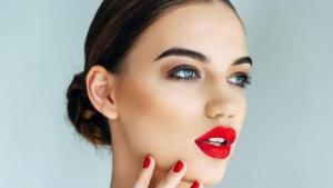 Πρόσωπο: Πώς να αποφύγετε την «γυαλάδα» από την ζέστη