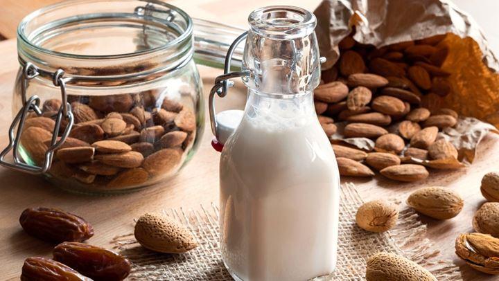 Πώς θα φτιάξουμε το θαυματουργό γάλα αμυγδάλου στο σπίτι