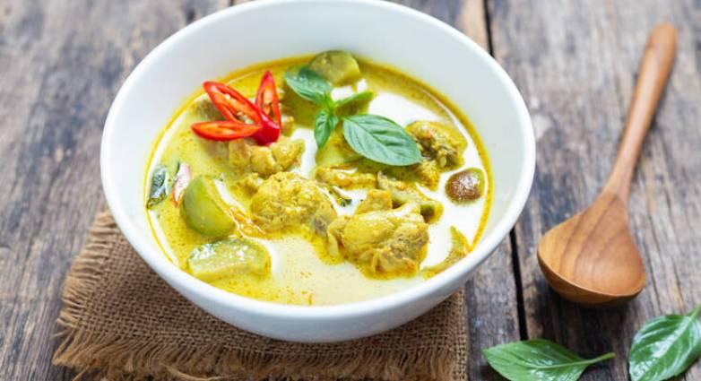 Κοτόσουπα με κάρυ και νουντλς.fiftififti.eu
