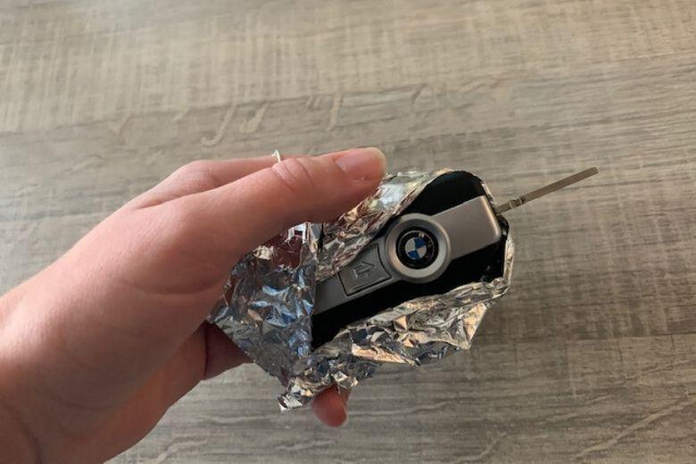 Εδώ είναι ο λόγος γιατί θα πρέπει να τυλίγετε τα κλειδιά σας με αλουμινόχαρτο