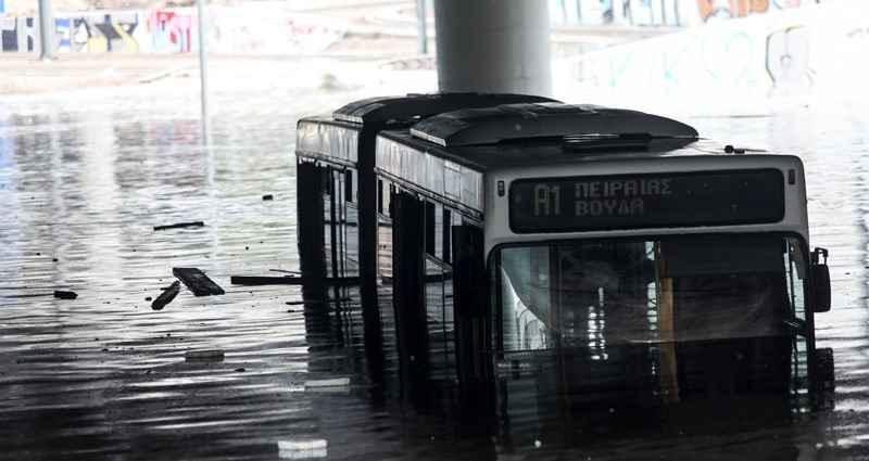 Κακοκαιρία «Μπάλλος» – Απίστευτη εικόνα – Λεωφορείο έχει καλυφθεί από το νερό