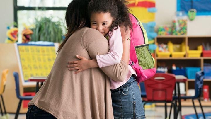 Read more about the article Τι να κάνετε εάν το παιδί κλαίει κάθε φορά που το αφήνετε στο σχολείο