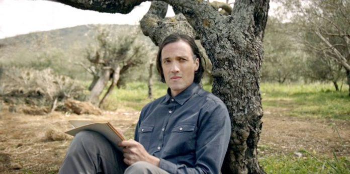 ΚΑΡΤ ΠΟΣΤΑΛ: Η νέα σειρά μυθοπλασίας της Χίσλοπ μάς ταξιδεύει μέσα από 12 συναρπαστικές ιστορίες