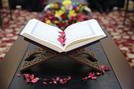 تفسير حلم رؤية الميت يعطي القرآن أو يقرآه للحي في المنام