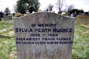 La tumba de la escritora Sylvia Plath, en un cementerio al norte de Inglaterra.