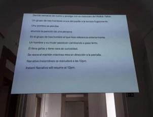 """Narrativa instantánea, de Dora García. Un """"escribiente"""" registra las acciones del público, las teclea y aparecen proyectadas en una pantalla."""