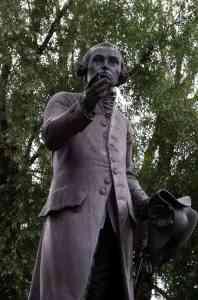Estatua de Kant en el área de la Universidad de Kaliningrad State, en Kaliningrad (Rusia). Es una réplica de Harald Haacke de la original que realizó Christian Daniel Rauch y que se perdió en 1945. Imagen distribuida por Wikipedia bajo licencia CC BY-SA 2.5.
