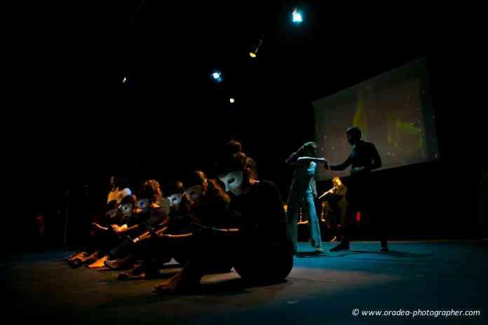 Las reflexiones de los jóvenes fueron expuestas en multitud de formatos: discursos, performances, dramatizaciones, exposiciones, etc) y a través de experiencias didácticas para el aprendizaje de la filosofía.