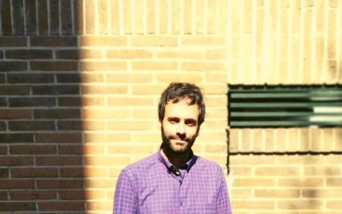 «Aburrirse es más difícil que divertirse», constata Jorge Freire, especialmente en los tiempos de agitación que ha retratado en su último libro titulado así: «Agitación». Foto: Nadia Khalil, cortesía del propio autor.