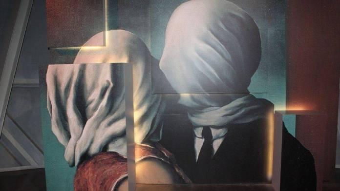 Reinterpretación del cuadro «Los amantes», de Magritte. Imagen de xeniakenakis en Pixabay.