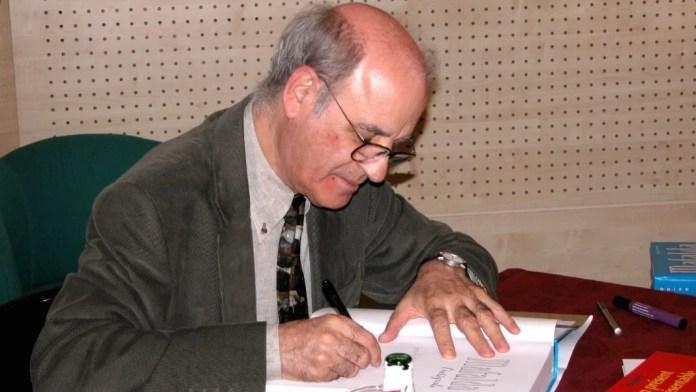 Quino, humorista gráfico e historietista argentino, dedicando un libro en 2004 en París. Imagen distribuida por Wikimedia Commons bajo licencia Creative Commons Atribución-CompartirIgual 2.5 Genérica (CC BY-SA 2.5).