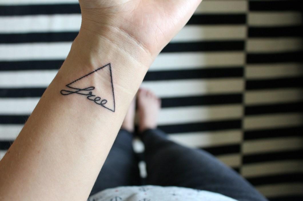 Tattoo Dreieck Bedeutung Frei sein Free Tattoo Dreieck Free Frei Bedeutung Handgelenk
