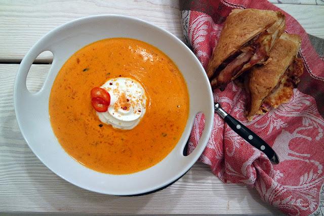 Eine schnelle Ajvar-Suppe und leckere Blätterteigtaschen nach dem Feiertagstrubel