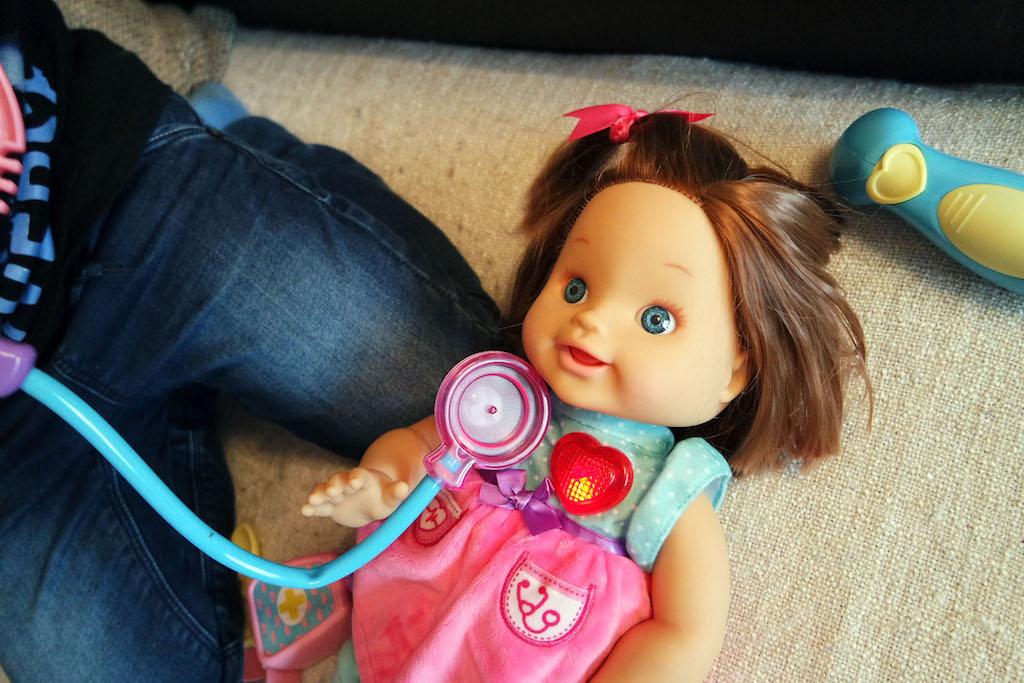 Puppe Lotta mit Ärzteset ist eine Lernpuppe zum Liebhaben!