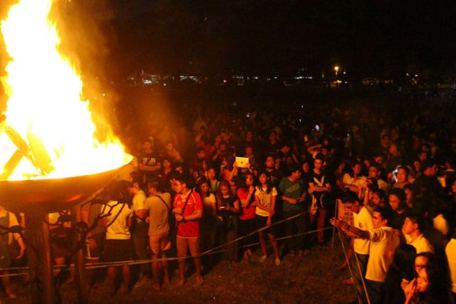 Bonfire celebration in UP Diliman as Fighting Maroons mark first win in two years