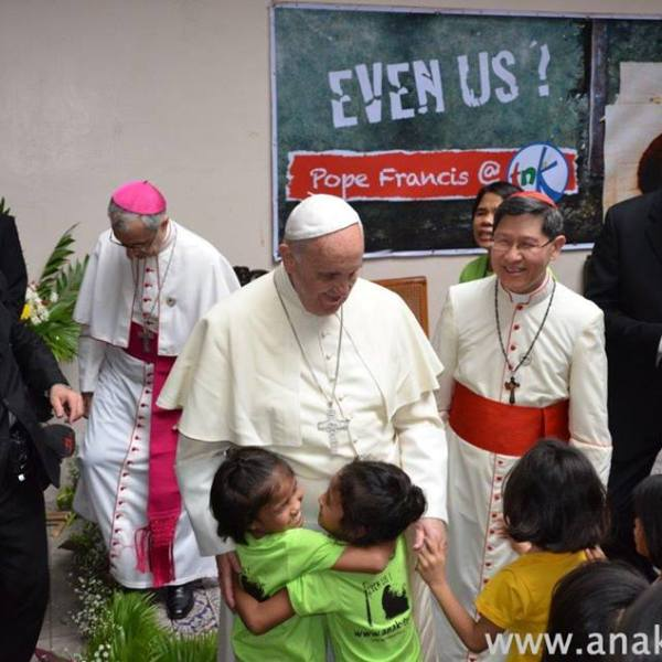 SURPRISE! Pope Francis visits a center for street children in Manila