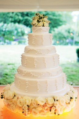 kate-moss-wedding-cake-lilyof-the-valley