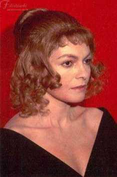 immagine di donna che indossa una parrucca in capelli naturali biondi da donna con boccoli
