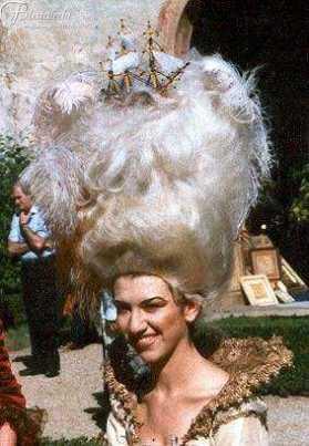immagine di donna che indossa una scenografica parrucca bianca molto alta rococo'