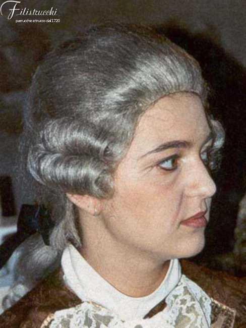 immagine di donna che indossa una parrucca bianca da uomo