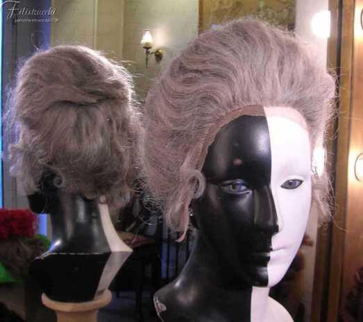 l'immagine raffigura una parrucca grigia donna