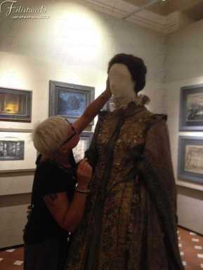"""Donatella effettua gli """"ultimi ritocchi"""" alla parrucca per l'allestimento del Don Carlo all'interno della Fondazione Franco Zeffirelli"""
