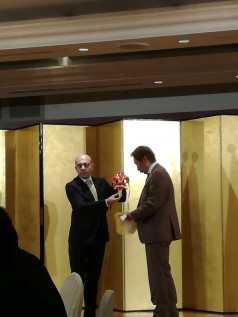 INQUIETO SIA IL GENIO -Gifu- Gherardo consegna la maschera del Giglio a Shigemitzu Hosoe Sindaco di Gifu