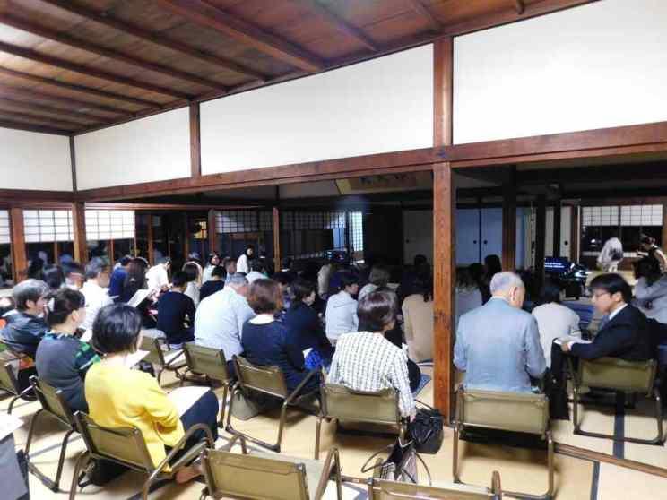 Il pubblico al tempio Higashi Hongannji Shouseienn Roututei luogo della rappresentazione a Kyoto
