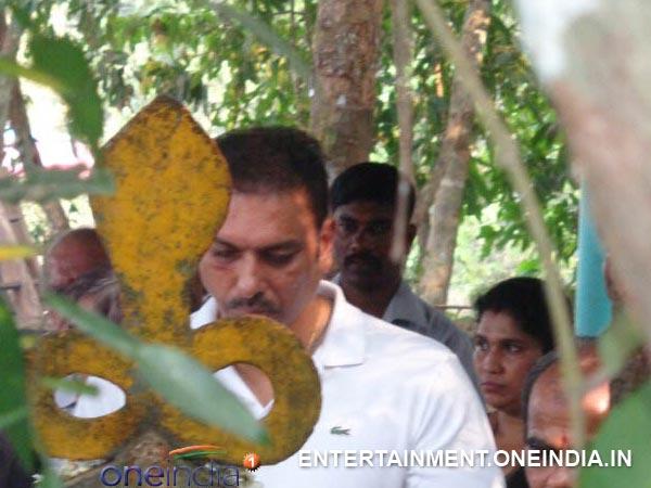 Photos: Cricketer Ravi Shastri In Vishnumurthy Temple ...