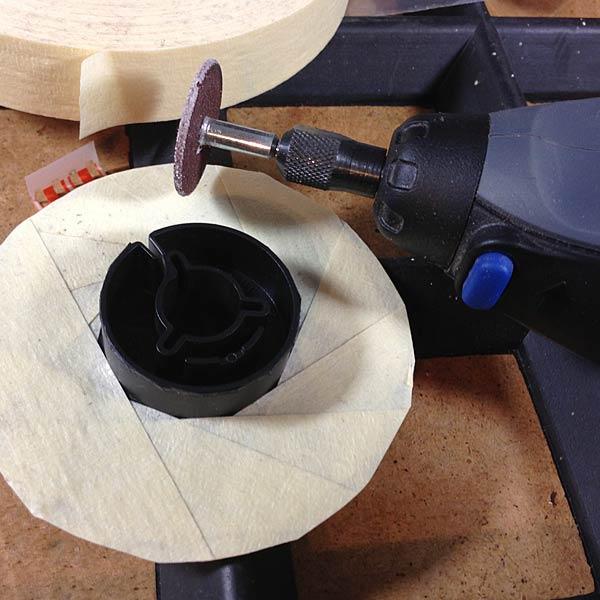 Nun beklebe man den verbleibenden Teller mit Tesakrepp o.ä., um ihn vor unnötigen Kratzern zu schützen. Mit der Trennscheibe (es geht wohl auch eine kleine Säge) entfernen wir den Wickelkern der Spule da er deutlich zu groß ist.