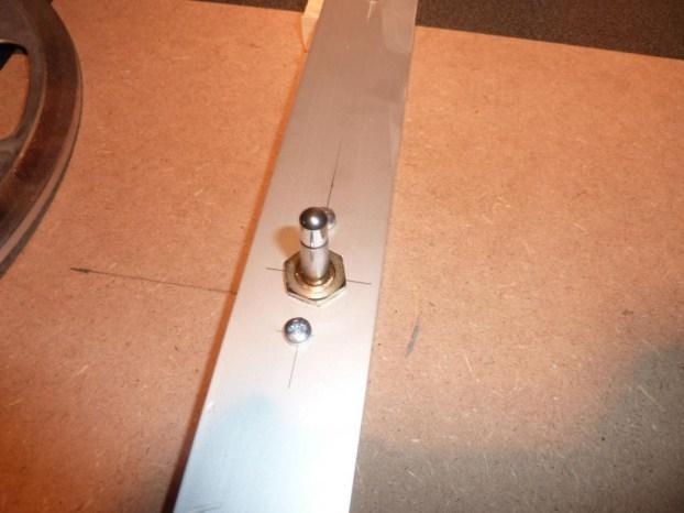 Dieser Dorn aus einem alten Plattenspieler nimmt dessen Plattenteller und den Rohfilmwickel auf.
