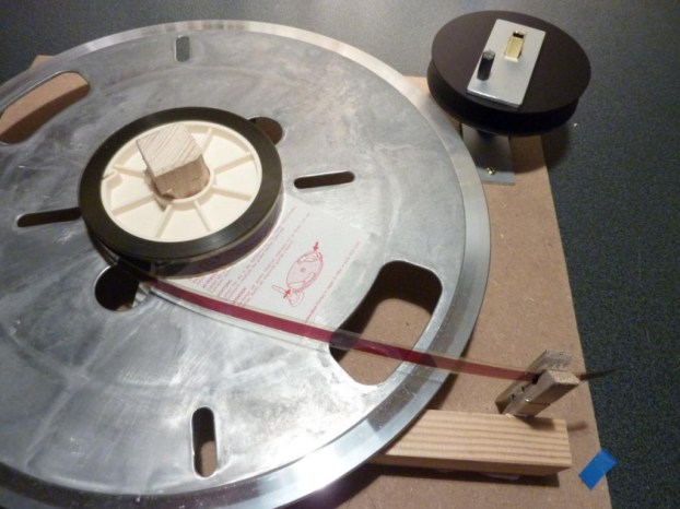 Praktisch: Eine Wäscheklammer hält den Anfang des Filmwickels fest.