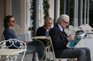 Jimmy Tree (Paul Dano), Mick Boyle (Harvey Keitel) und Fred Ballinger (Michael Caine) im Garten des Hotels