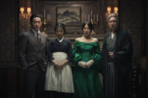 Stilvolle Täuschung: Graf Fujiwara (Ha Jung-woo), Dienstmädchen Sookee (Kim Tae -ri), Lady Hideko (Kim Min-hee) und ihr Onkel Kouzuki (Cho Jin-woong) im Korea der 30er Jahre.