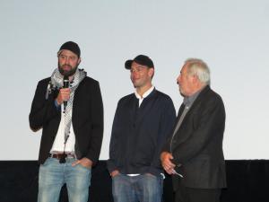 """Regisseur Mickey Yamine (l) und Produzent Philip Gnadt (m) vor ihrem Film """"Gaza Surf Club"""""""